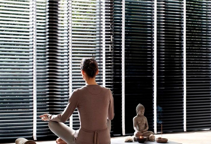 comfortable-relaxing-living-room-venetian-blinds