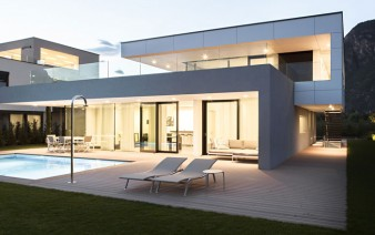 house-with-generous-glass-facade1
