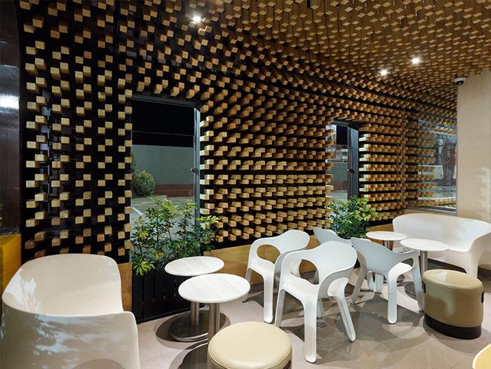 cafe-interior-decor-thousands-wooden-blocks4