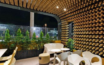cafe-interior-decor-thousands-wooden-blocks5