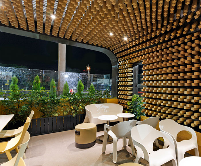cafe-interior-decor-thousands-wooden-blocks5
