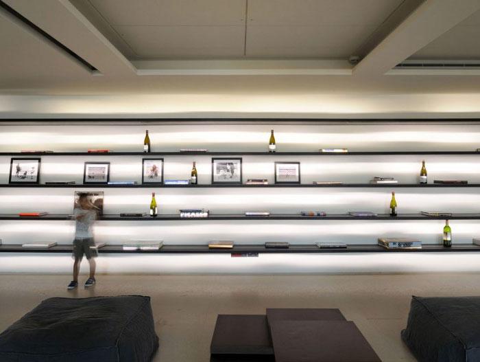 spacious-living-room-elegantly-decorated