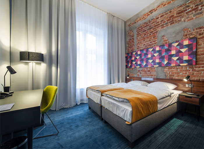 Modern hotel with industrial background interiorzine - Chambre style loft industriel ...