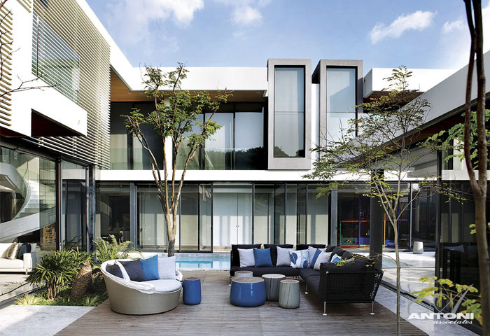 U shaped modern family home by saota interiorzine for Best houses in south africa pictures