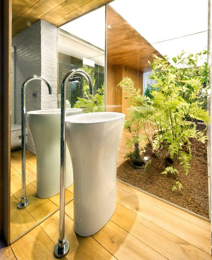 massive-wooden-floor-bathroom
