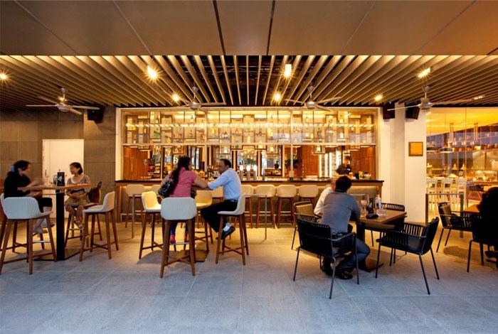 Nhà hàng tươi sáng và rộng rãi bởi Designphase DBA nhà hàng khách sạn Amara