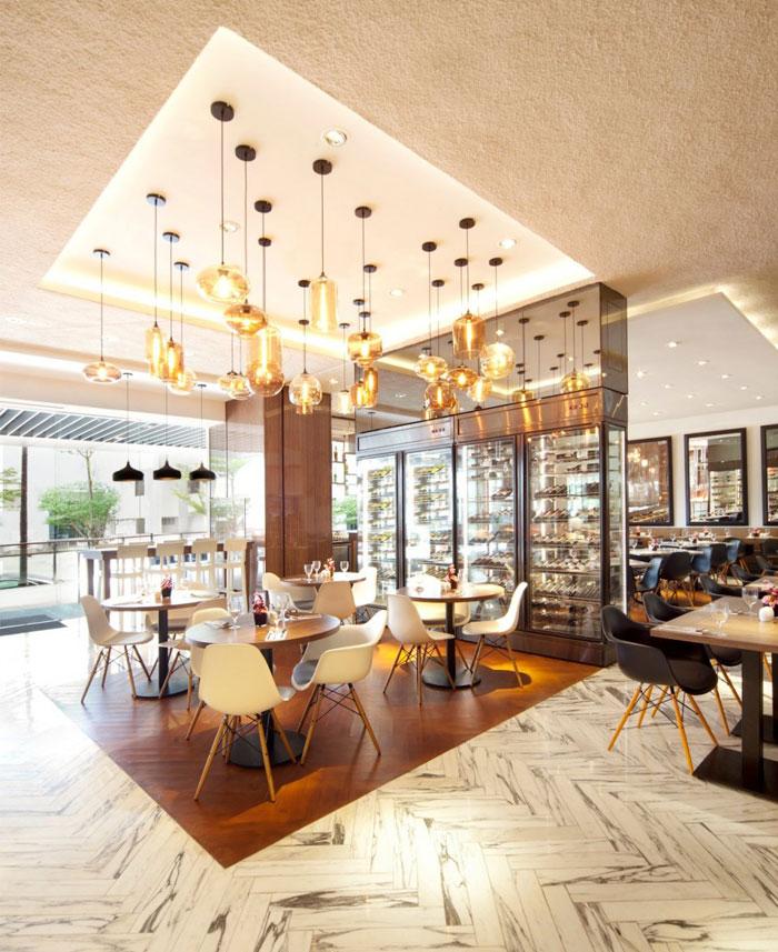 Nhà hàng tươi sáng và rộng rãi bởi Designphase gỗ DBA nhà hàng sàn nội thất