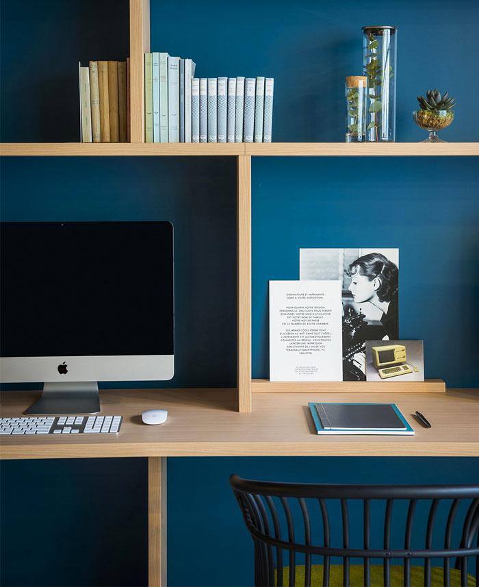 okko-hotel-blue-wall