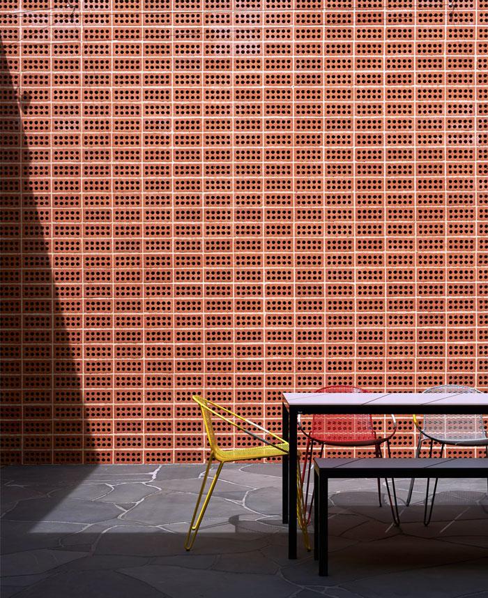 brick-house-extends-courtyard