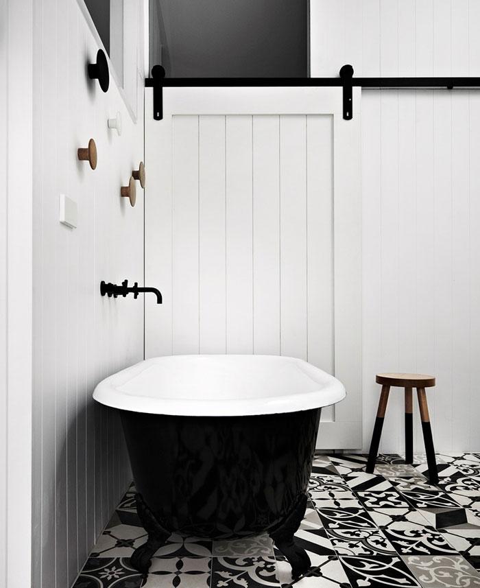 color-base-black-white-bathroom