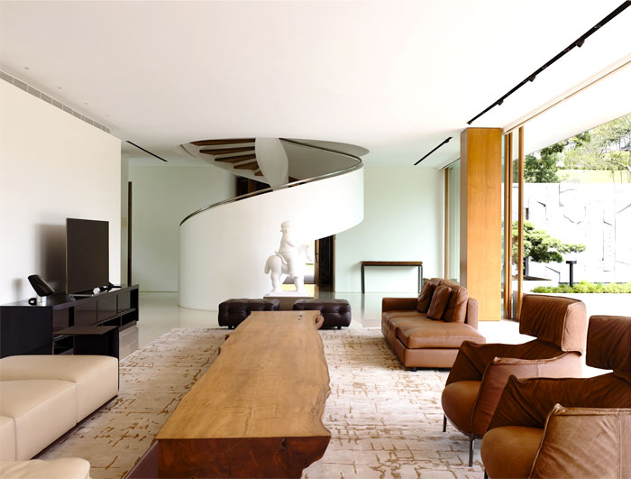 Modern nature inspired home in singapore interiorzine for Fotos de interiores de casas