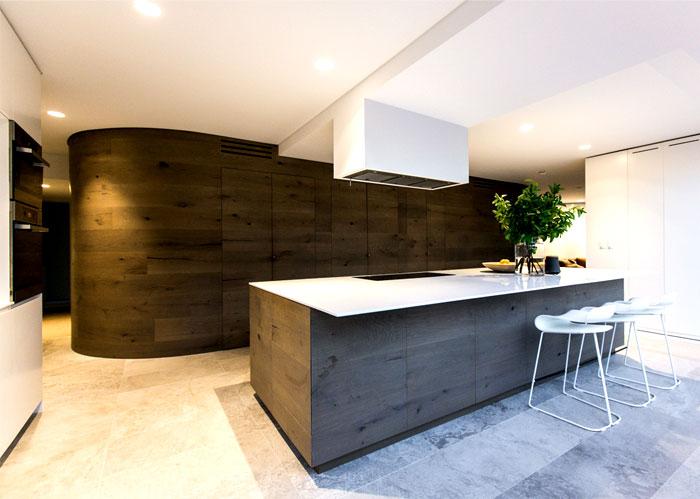coastal-residence-kitchen-warm-natural-materials