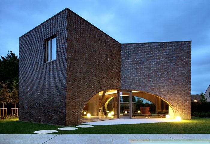 Symmetrical Tripartite Villa Moerkensheide - InteriorZine