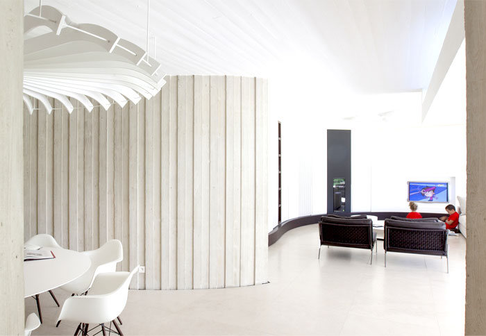 smoothly-curved-space-living-room