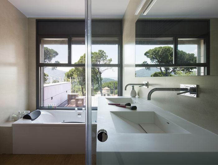 functional-modern-dwelling-bathroom