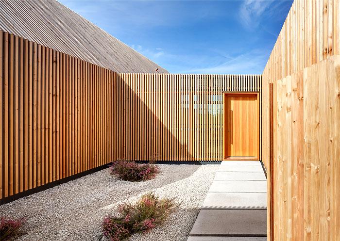 timber-house-garden