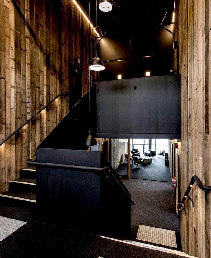 wood-veneer-black-guesthouse-amazing-interior-decor-4