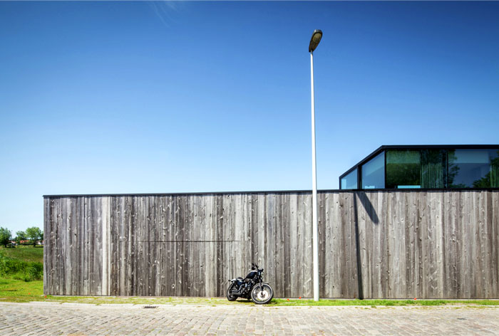 barn-wood-glass-cubicles-house-13