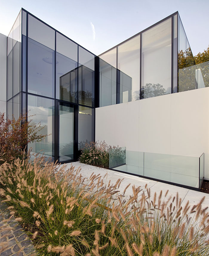 contemporary-cube-shaped-house