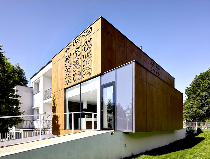 building-extensive-usage-glass-facade