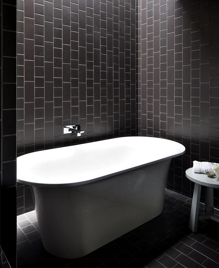 functional-hover-house-black-bathroom-interior