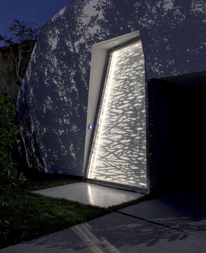 10-meters-high-door-shadow-light