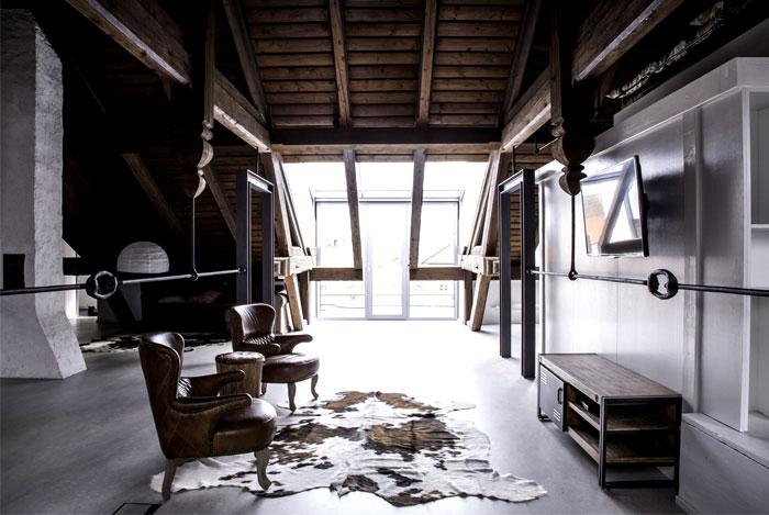 studio-apartment-restoration-vintage-leather-chairs