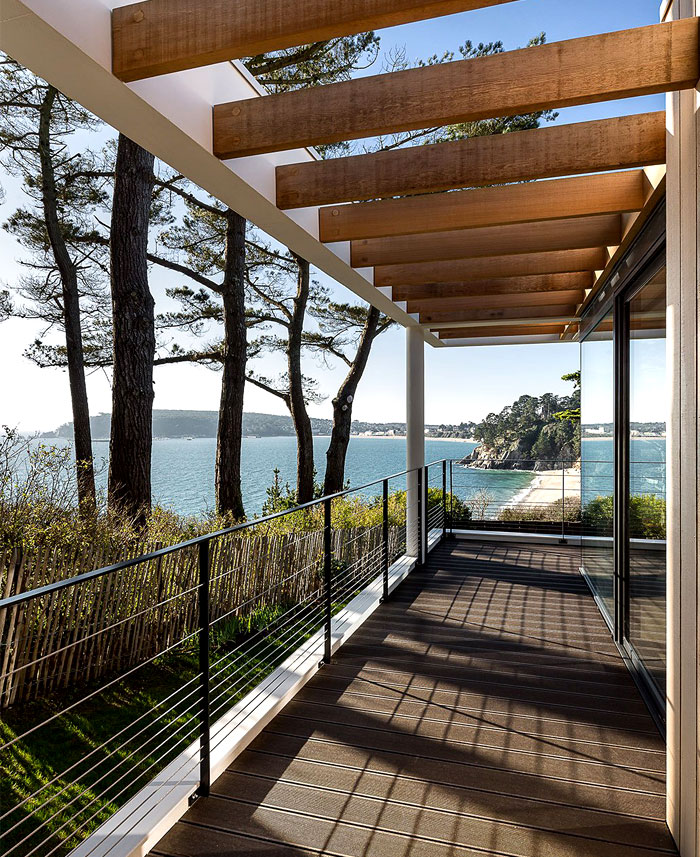 minimalistic-cubical-three-floor-house-1