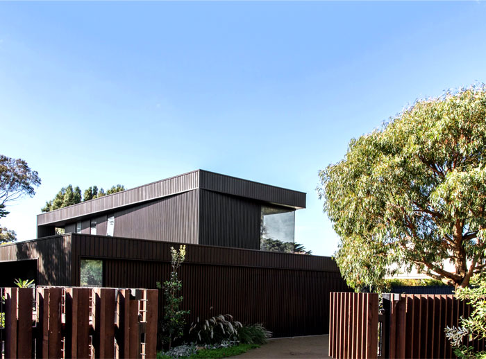dark-cubical-volumes-house-2