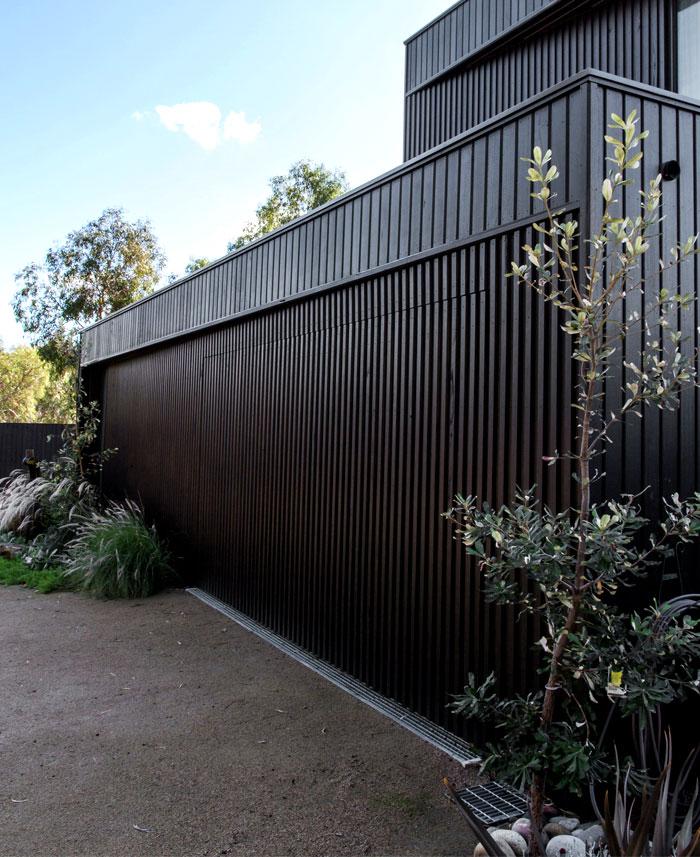 dark-cubical-volumes-house-9